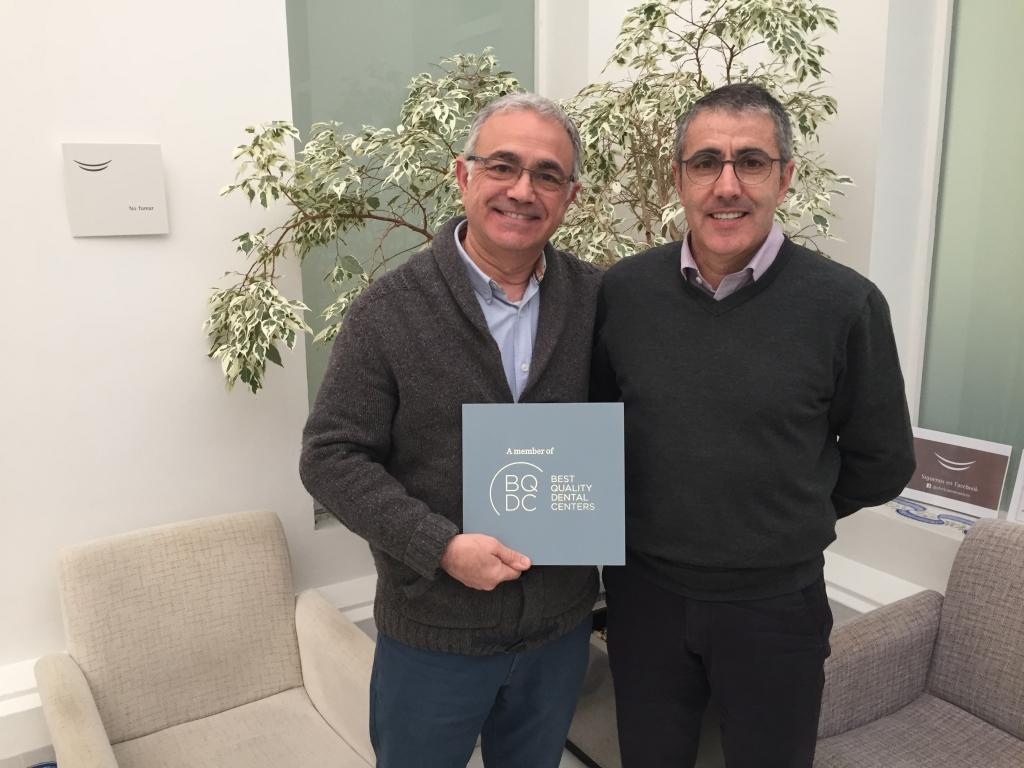Dr Manuel Mª Romero con la acreditación Best Quality Dental Centers